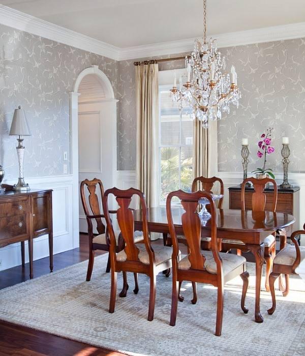 Хрустальная люстра в комнате с деревянной мебелью