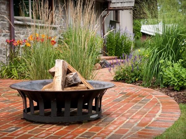 Дизайн дворика с камином