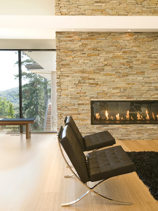 Стильный интерьер с камином