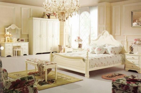 Спальня в стиле прованс с хрустальной люстрой