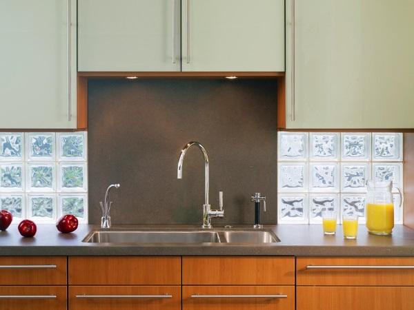 Кухонный фартук из прозрачного стекла и вулканической породы