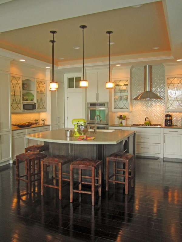 Керамическая и стеклянная плитка на стенах в кухне