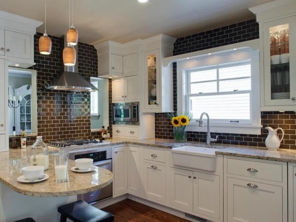 Кухонный фартук из темной стеклянной плитки