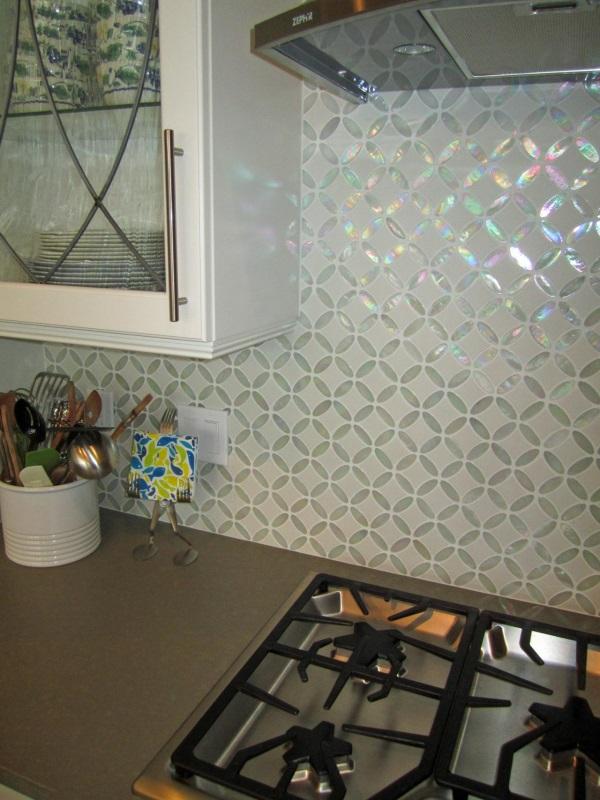 Кухонный фартук с узором из разной плитки