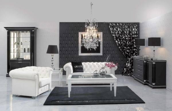 Черно-белая комната с хрустальной люстрой