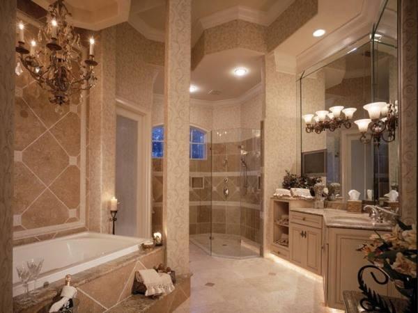 Роскошная ванная с люстрой