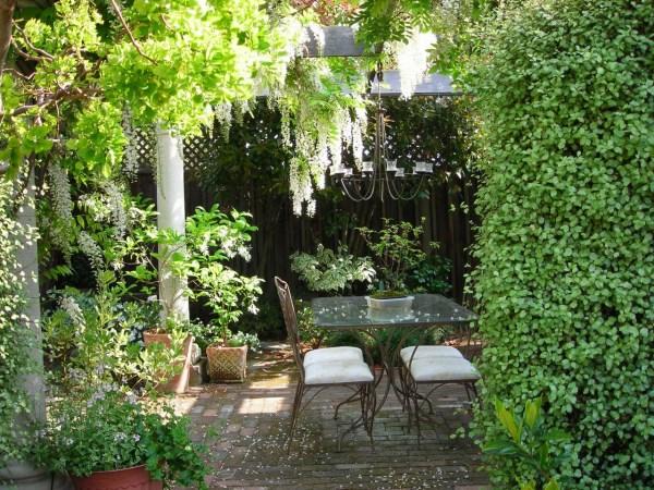 Романтичное место для отдыха в саду