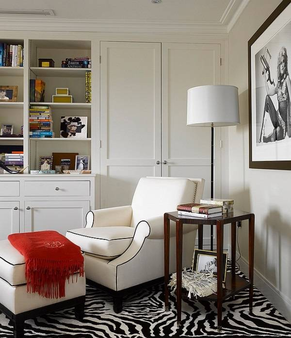 Oturma odasının köşesindeki okuma alanı