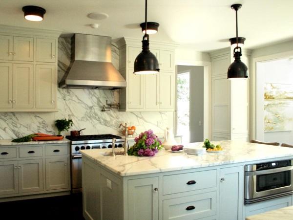 Мрамор на стенах кухни