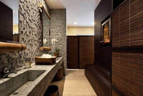 Ванная комната с азиатскими мотивами и природными текстурами
