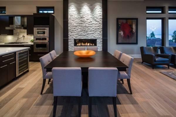Обеденная зона между кухней и гостиной