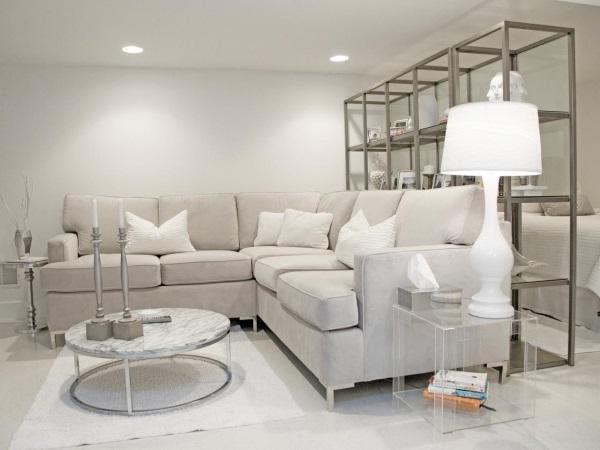 Oturma odasında şeffaf mobilyalar