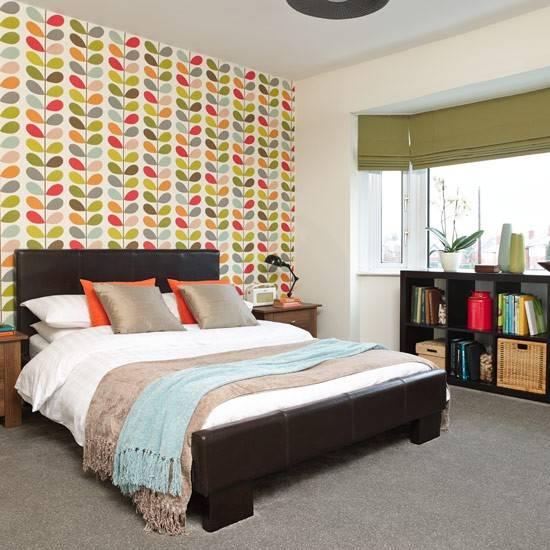 Дизайн спальни в современном стиле с яркими обоями