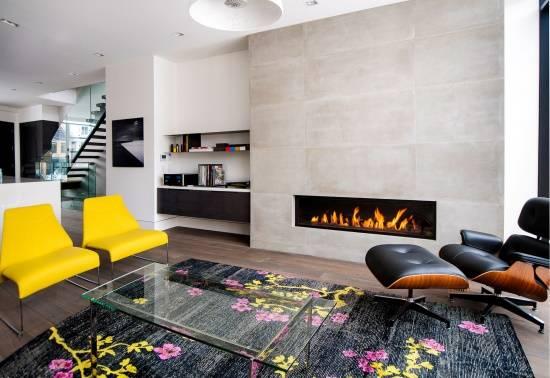 Современная гостиная в ярких цветах и с камином