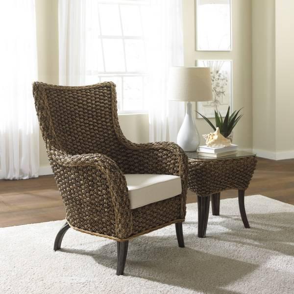 Стильное плетеное кресло и столик