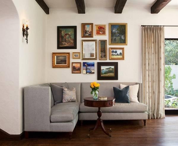 Угловой диван в углу гостиной