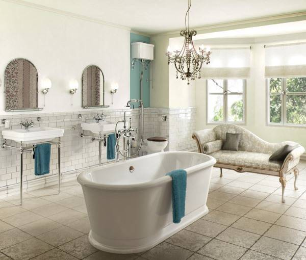 Ванная комната в классическом стиле и с люстрой