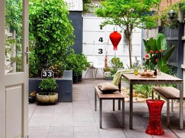 Дизайн дворика с красными акентами