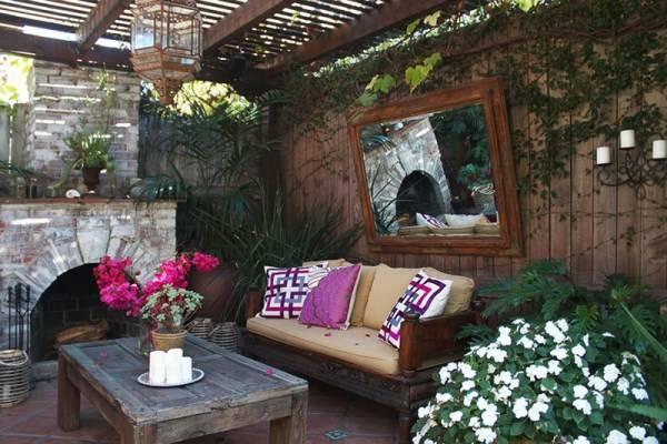 Зеркало в дизайне небольшого дворика