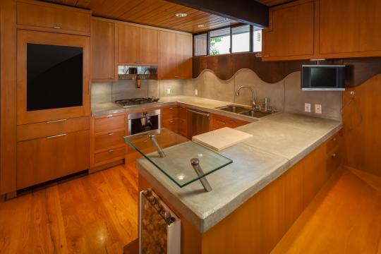 Маленькая барная стойка из стекла в деревянной кухне
