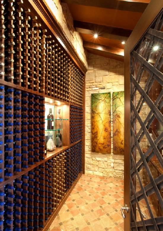 Полки с алкогольными напитками на всю стену