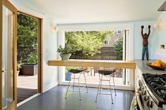 Барная стойка из дерева у окна