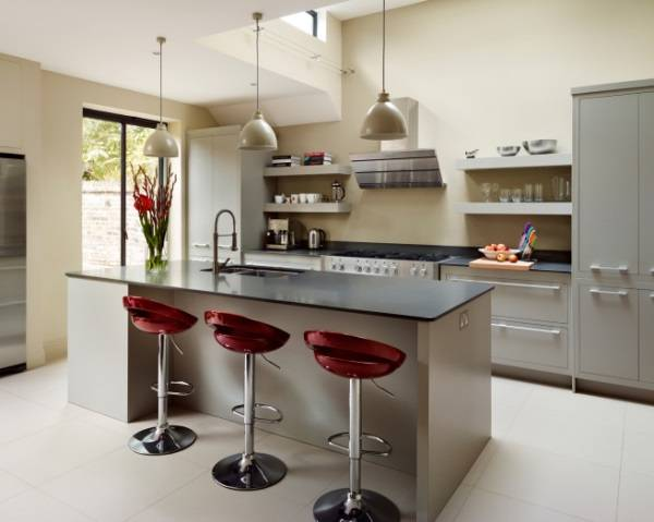 Стильная кухня с вишневыми барными стульями