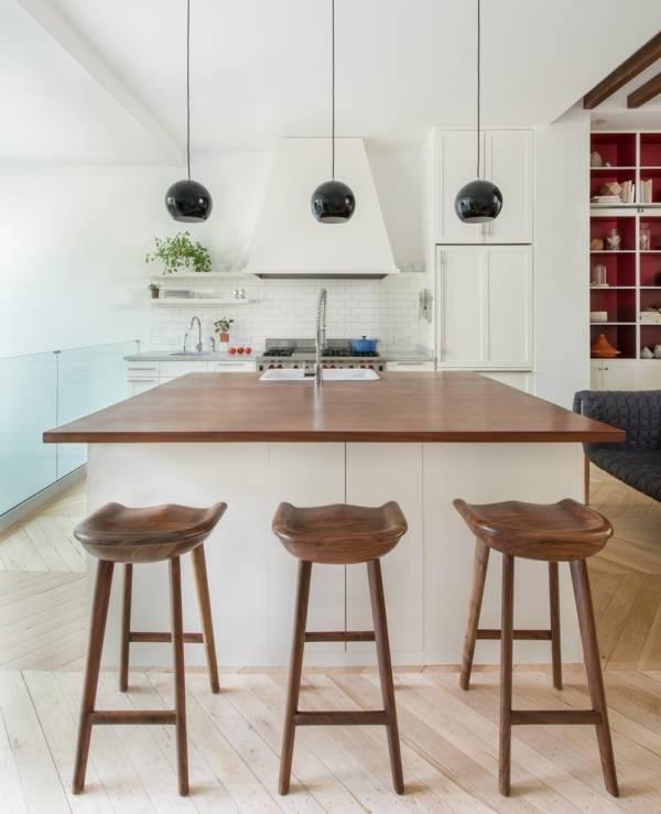 Белая кухня с деревянными деталями