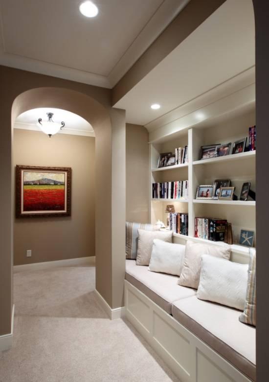 Мягкая скамейка и книжные полки в коридоре