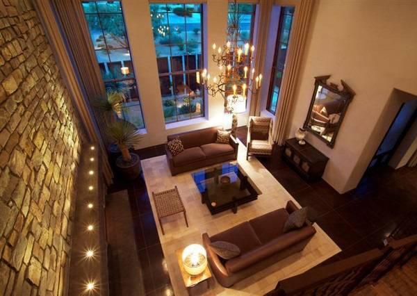 Встроенная нижняя подсветка стены в гостиной