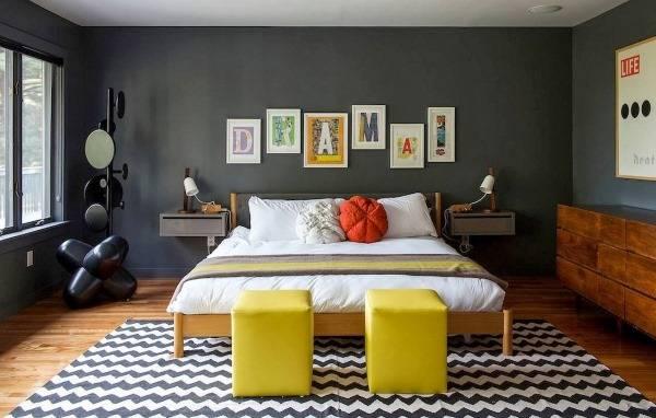 Буквы как декор стены в спальне