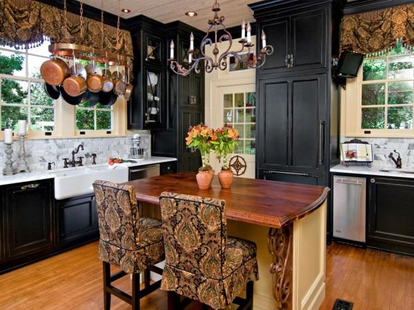 Черная мебель на кухне в деревенском стиле