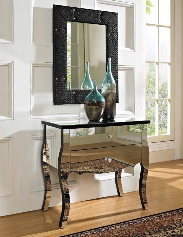 Сочетание зеркальной мебели и черного декора