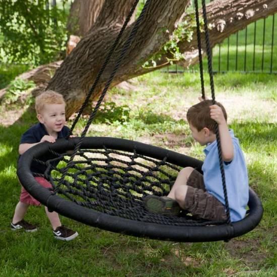 Детские качели в саду