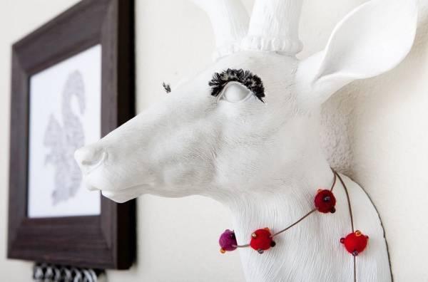 Украшение стены искусственными головами животных