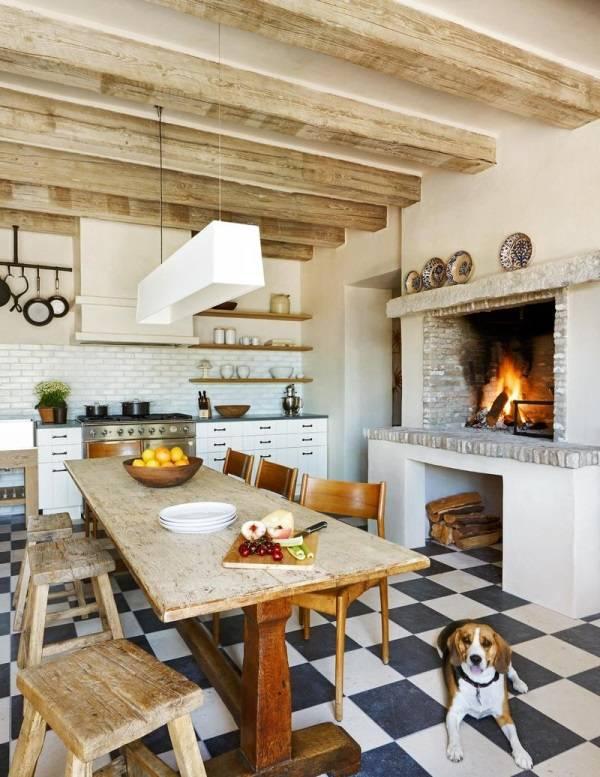Уютная кухня с камином в деревенском стиле