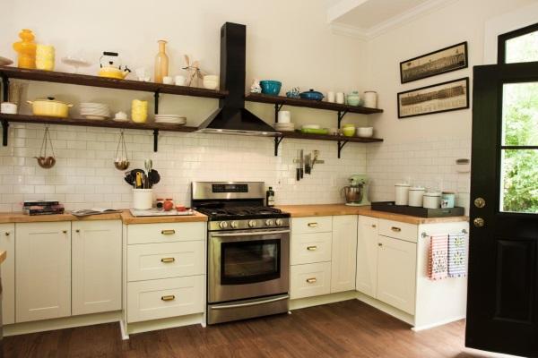 Кухня с декором разного цвета