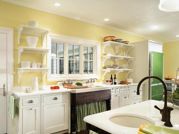 Белая мебель и зеленый декор на кухне