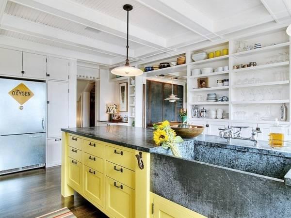 Дизайн кухни с высокими шкафами и желтым островом
