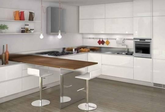 Белая кухня с барной стойкой из дерева
