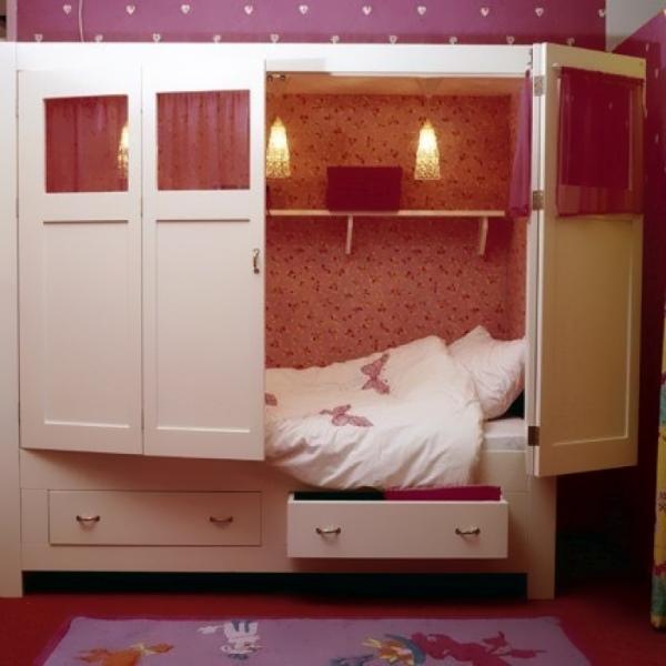 Уютная детская кровать в бывшем шкафу