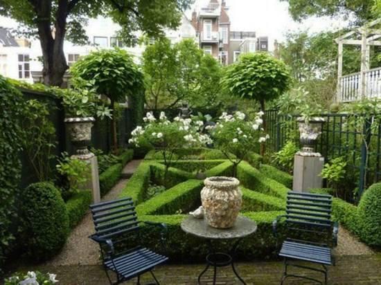 Маленький дворик с невероятным садом