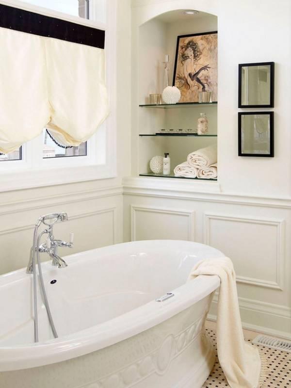 Ниша со стеклянными полками в ванной