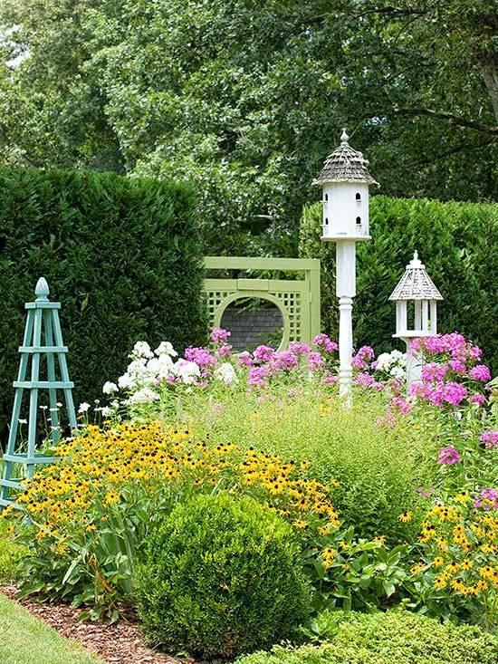 Сад с домиком для птиц и другими украшениями