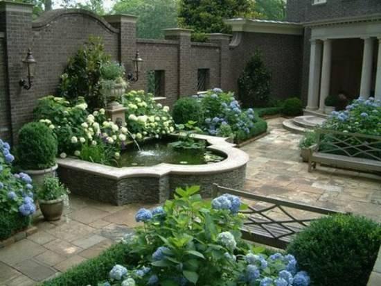 Небольшой фонтан во дворе дома