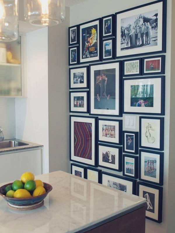Украшение стены на кухне семейными фотографиями