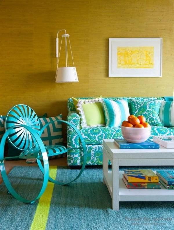Горчичный цвет стен в гостиной
