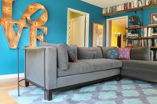 Гостиная с ярко голубыми стенами