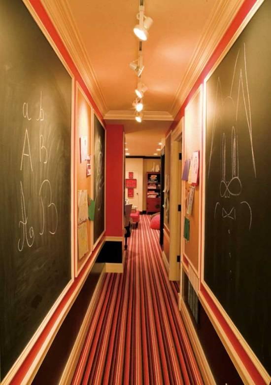 Грифельная доска на стенах в коридоре