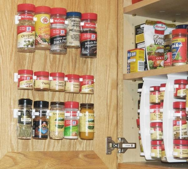 Хранение специй на дверце шкафчика
